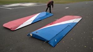Obě křídla před hangárem
