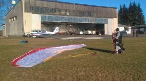 Příprava paraglidu ke vzletu